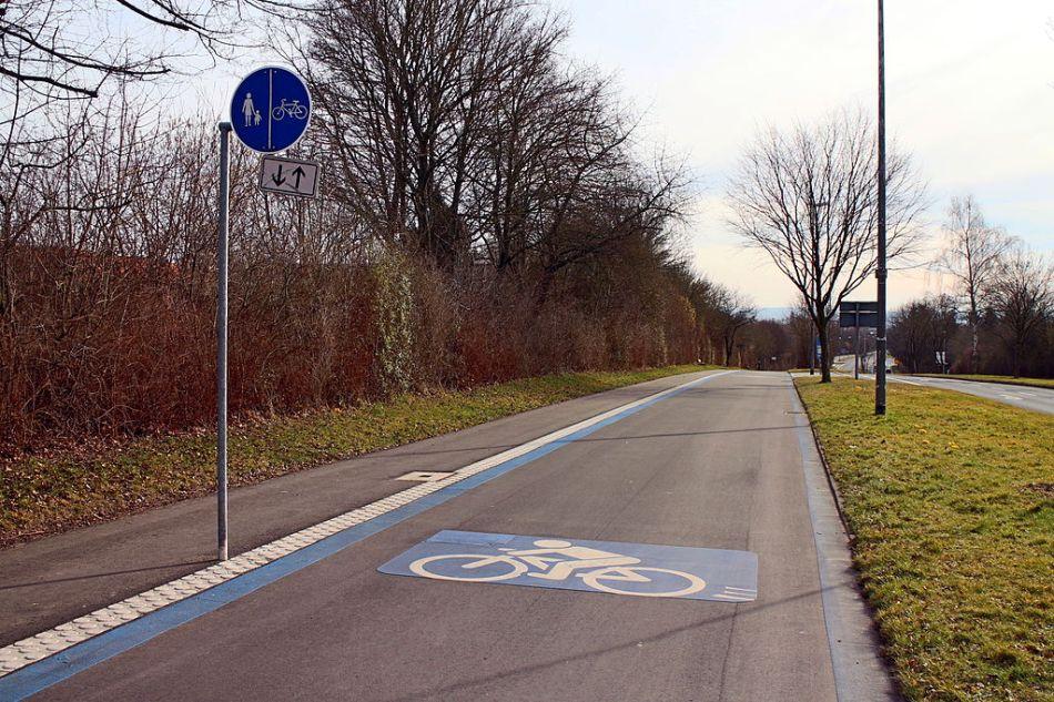 E-Radschnellweg_Göttingen_an_der_Robert-Koch-Straße_ds_wmc_08_03_2015
